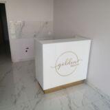 Recepcja lada biały lacobel ze złotym lustrzanym logo i cokołami 110x120x50