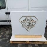 Recepcja lada biały lacobel ze złotym lustrzanym logo i cokołami 140x120x50